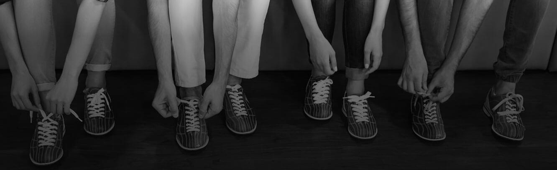 Imagem com pessoas vestindo sapatos de boliche